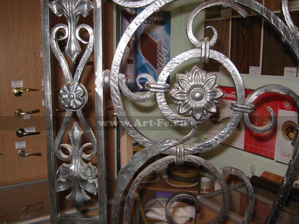 Дверка кована по старым технологиям. За основы взят эскиз из литературы по художественной ковке. Зскиз ковки доработатан до современного видения. Использованы частично покупные элементы.