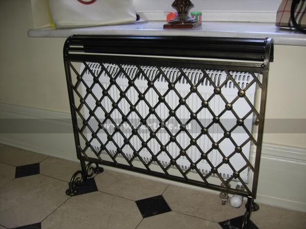 Кованая решетка радиатора отопления.