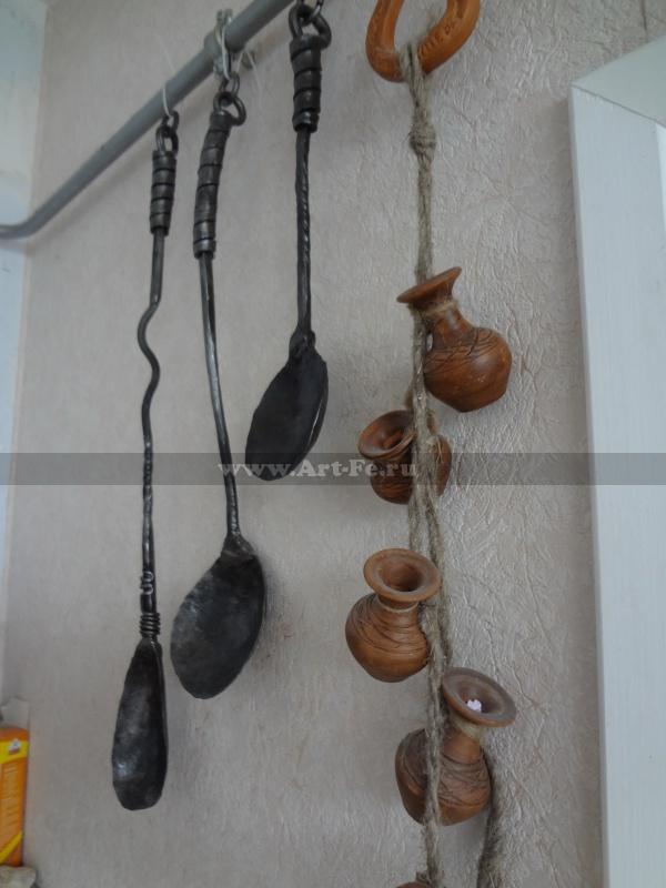 Кованые половники и ложки как элемент декора. Выкованы из единого куска металла.