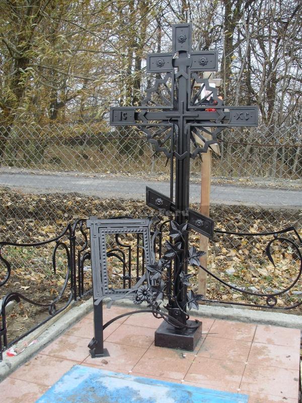 Кованый крест на кладбище. Общий вид.