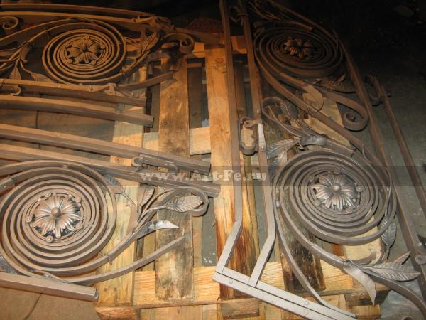 Кованая на клёпках лестница. Перила перед покраской. Шлосс отель. Подробное фото
