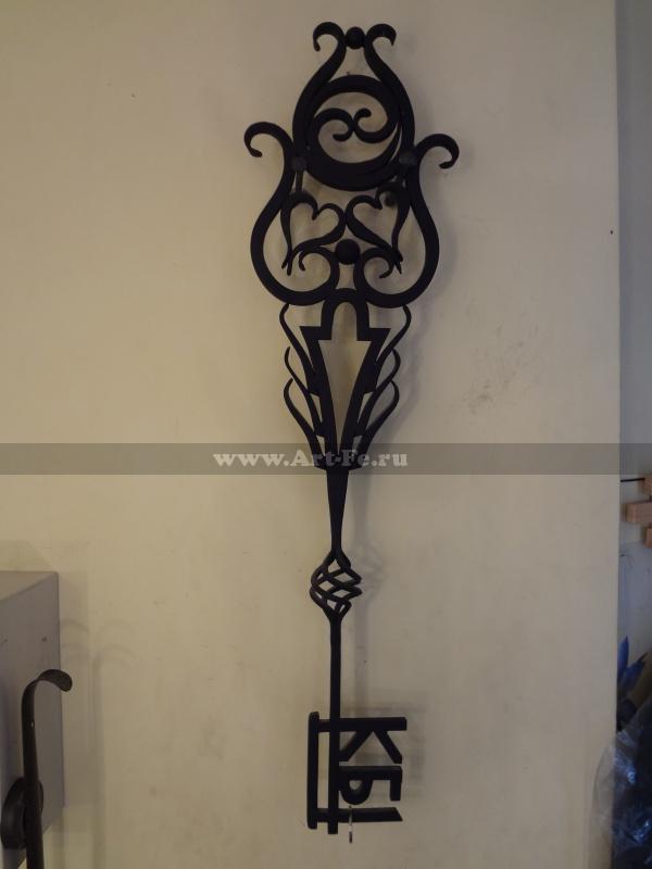 Кованый символичный ключ.