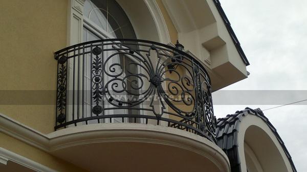 Полукруглый красивый балкон