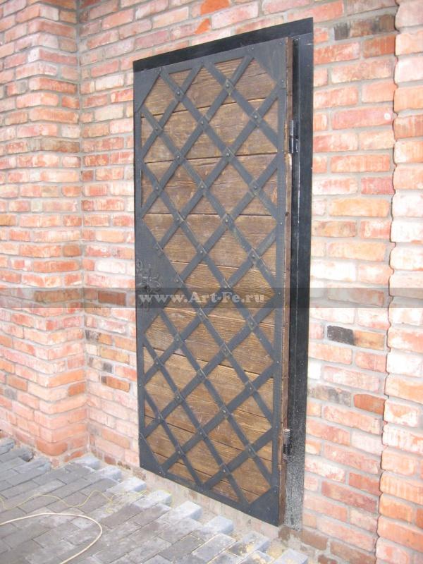 Входные стальные двери. Старая древесина. Укреплены ковкой под старину.