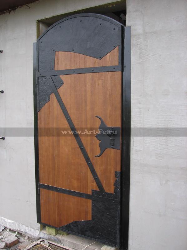 Стальная входная дверь, кованые петли и массив ясеня