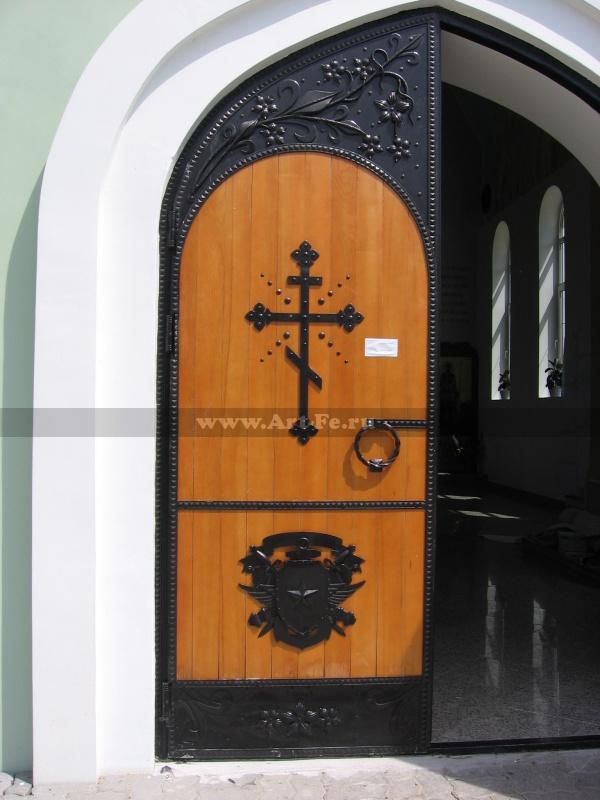 Двери в храм. Церковь памяти павших воинов.
