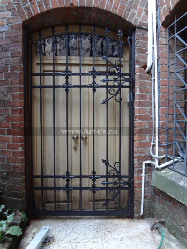 Решетчатая дверь. Сборка на клёпках. Внутренний дворик Музей Янтаря.