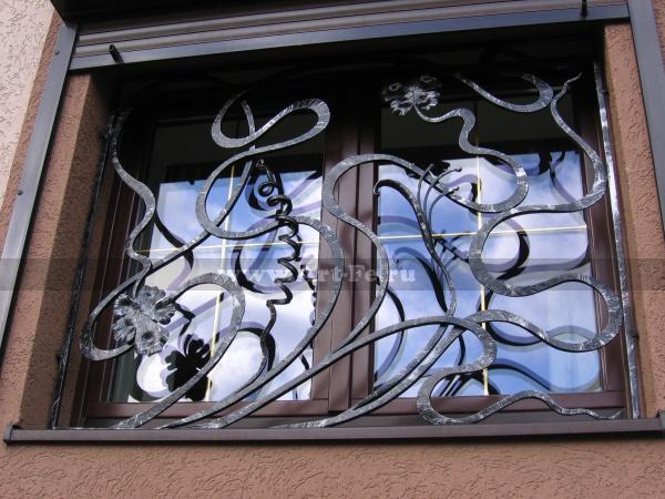 Кованая оконная решетка. Стиль флористика.