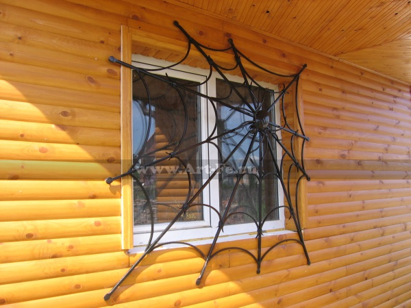 Кованая решетка на окно, паутина, в сетях паука