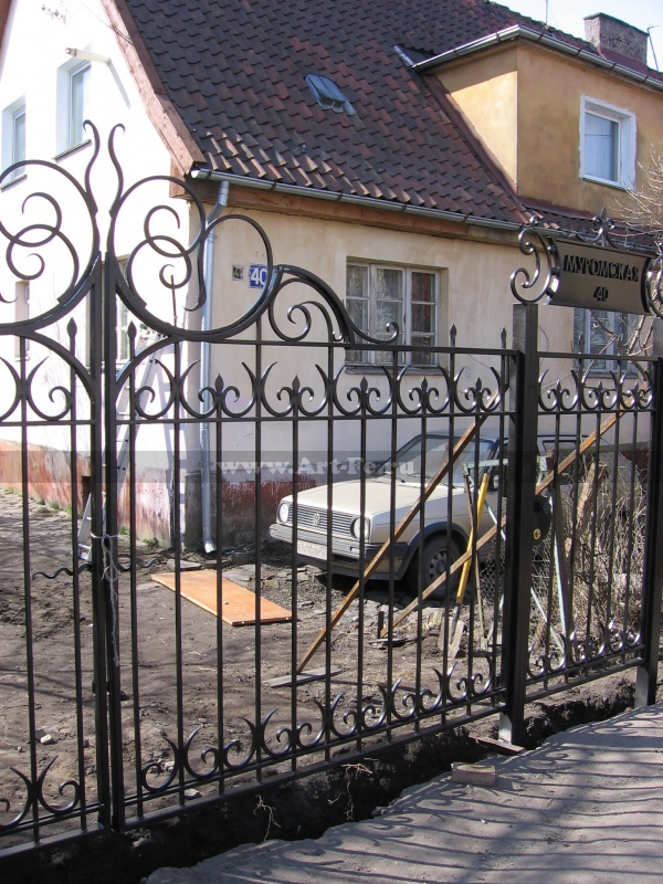 Распашные ворота, высокая кованая корона