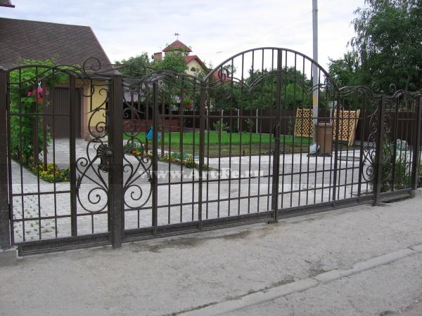 Распашные ворота с калиткой и стилизованными столбами