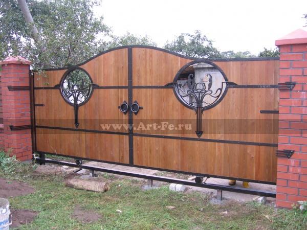 Откатные кованые ворота с деревом, стилизованые