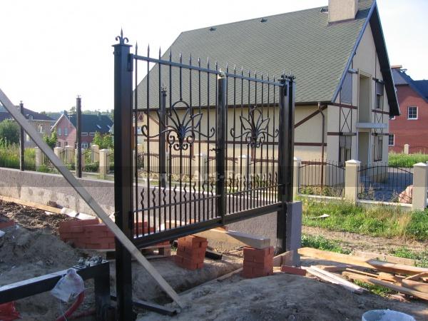 Распашные ворота, простая кованая металлоконструкция