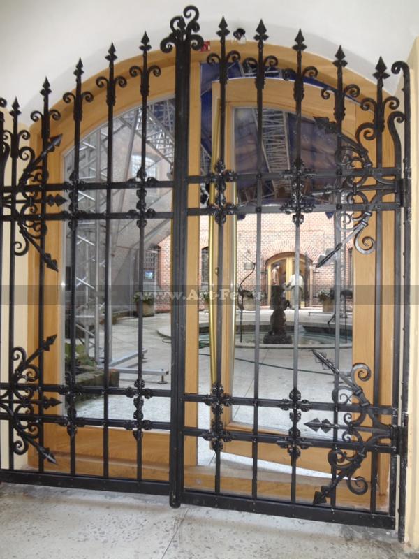 Кованые ворота, внутренний дворик музея янтаря