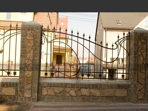 Красивый ассиметричный кованый забор в стиле МОДЕРН