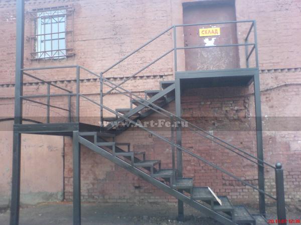 Металлическая лестница в складское помещение