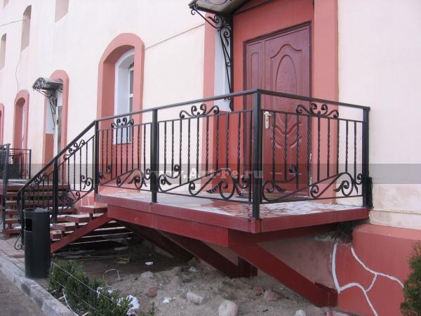 Металлическая лестница для дома под плитку