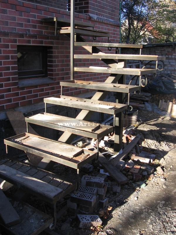 Металлическая лестница в дом, ступени под плитку