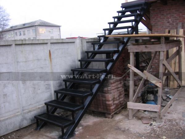 Металлическая лестница на второй этаж,трап