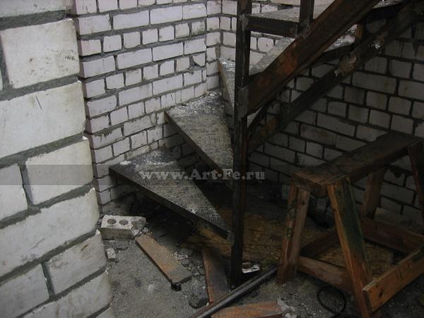 Металлическая лестница с разворотными ступенями