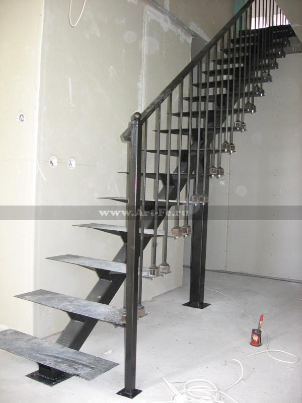 Лестница на прямом металлическом косоуре