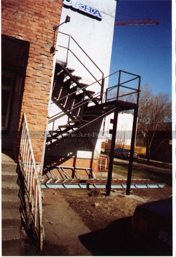 Металлическая лестница на столбах, пожарный выход