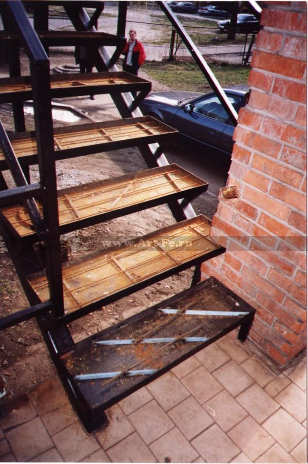 Металлическая лестница под бетон и плитку