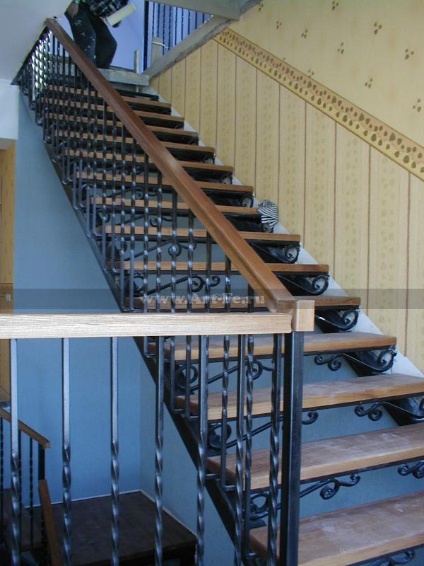 Металлическая лестница с подступенниками под дерево
