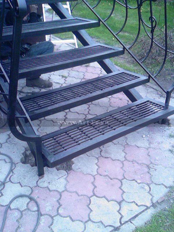 Металлическая лестница с сетчатыми ступенями